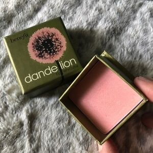 Benefit box blush in Dandelion